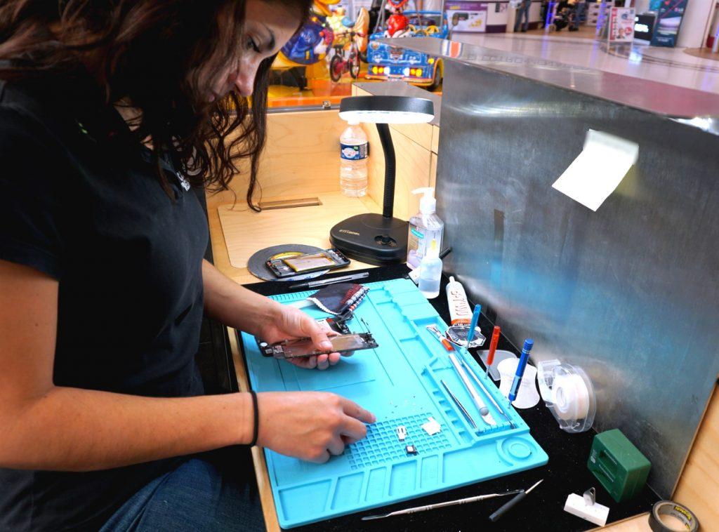 technicienne réparation mobile
